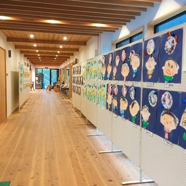 いよいよ明後日開催!木育カフェ.あいおいこども園の子どもたちの絵を飾らせてもらっています!