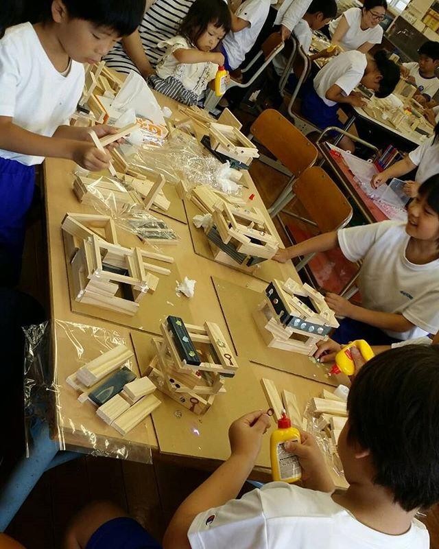 木育授業 in相生小学校 低学年編木頭杉のランプシェードづくり